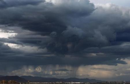 Dunkle Wolken ziehen über Mallorca auf.