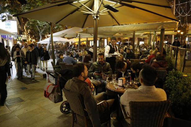 Viele Menschen lieben es, im Freien einen Drink zu nehmen oder zu speisen.