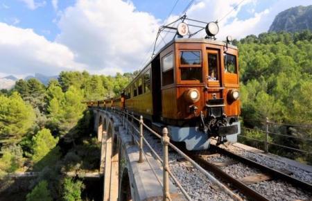 Der historische Zug auf einer historischen Brücke.