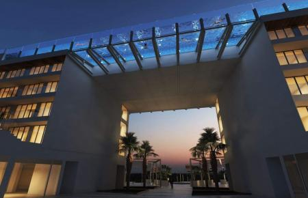 """Das erst 2018 eröffnete Hotel """"Meliá Calvia Beach"""" mit seinem spektakulären Pool in Magaluf."""