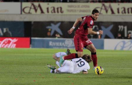 Das bisher letzte Punktspiel von Real Mallorca gegen Real Madrid in Palma gab es am 28. Oktober 2012 zu sehen. In den folgenden Spielzeiten waren die Inselkicker nicht erstklassig. Hier überspielt Mallorcas Tomer Hemed Madrids Luka Modric.
