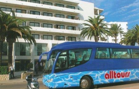Alltours-Bus vor Hotel.