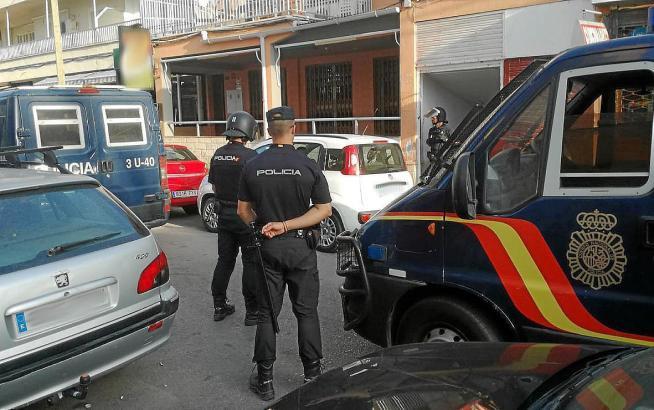 Beamte der spanischen Nationalpolizei nahmen den Touristen fest.
