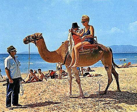 """""""Holidays"""" heißt die Schau, die sich künstlerisch mit dem Tourismus befasst."""