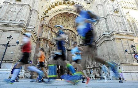 Die Läufer traben auch an der Kathedrale vorbei.