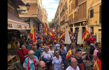 Die Demonstration anlässlich des Spanischen Nationalfeiertages.