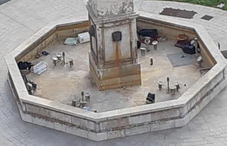 Anstatt Wasser ist das Becken um den Obelisken mit Müll gefüllt.
