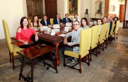 Regierungschefin Francina Armengol und ihr Kabinett.