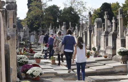 Besucher auf dem Friedhof von Palma.