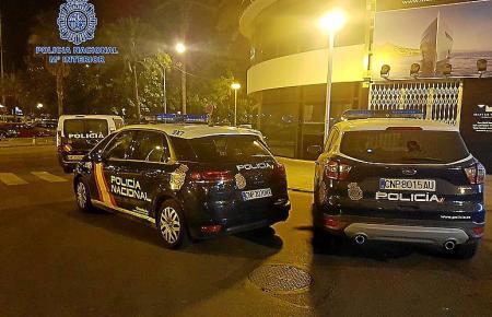 Beamte der Nationalpolizei nahmen einen jungen Spanier fest, der an Palmas Paseo Marítimo zwölf Autos demoliert haben soll.