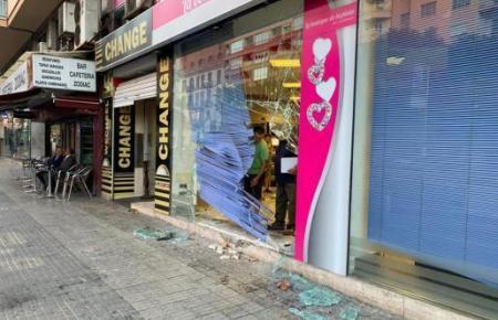 Das Schaufenster des Antiquitätengeschäfts nach dem Unfall.