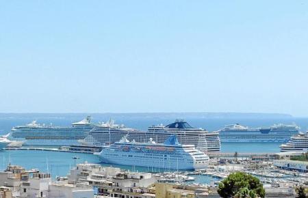 Kreuzfahrtschiffe im Hafen von Palma.