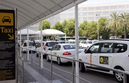 Taxis vor dem Flughafen Son Sant Joan.