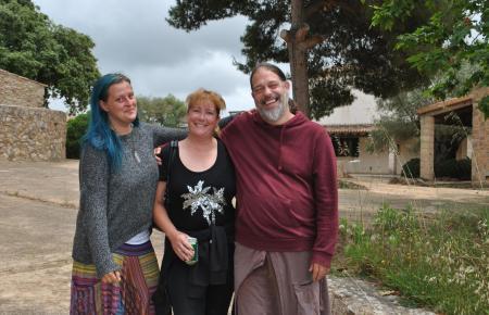 Bauchi (rechts) nebst einer Mitbesetzerin (links) und einer Besucherin auf der Ex-Becker-Finca.