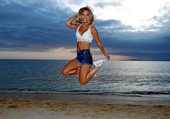 Große Sprünge an der Playa: Isi Glück ist ausgebildete Sport- und Fitnesskauffrau.