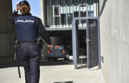 Beamtin der spanischen Nationalpolizei im Einsatz.