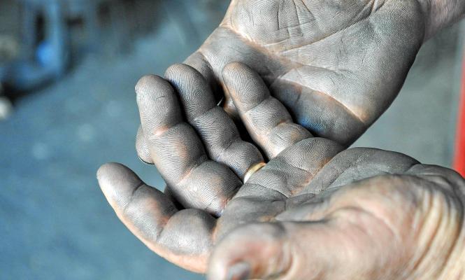 Die rußgeschwärzten Hände von Toni Más.