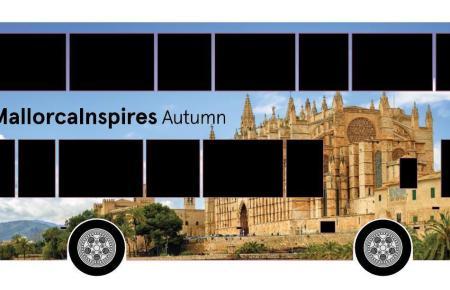 Mallorca wirbt mit großflächiger Buswerbung um britische Touristen.