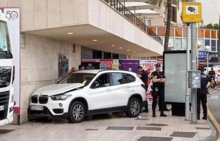 Der Wagen kam auf dem Bürgersteig an der Wand des Auditoriums zum Stehen.
