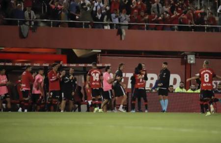Torjäger Lago Junior feiert mit Trainer Vicente Moreno und dem Rest der Mannschaft den Höhepunkt der Begegnung Real Mallorca-Real Madrid.