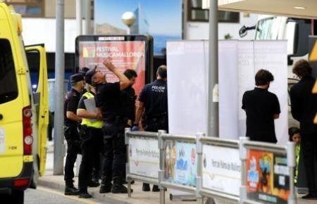 Polizeibeamte bei der Spurensicherung nach dem tödlichen Unfall vor dem Auditorium.