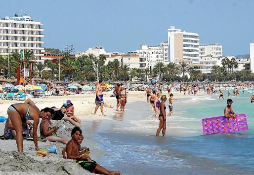 Urlauber am Strand von Cala Millor.