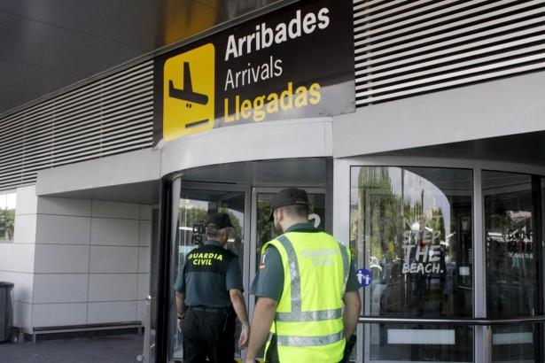 Beamte der Guardia Civil am Airport.