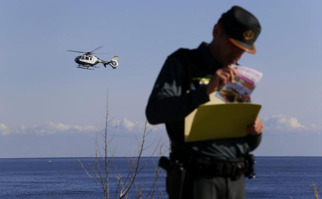 Die Suche nach einer jungen Urlauberin, die von einer Welle ins Meer gerissen wurde, geht weiter.