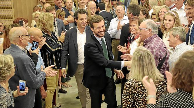 Pablo Casado hat bei seinem Besuch in Palma viele Hände geschüttelt.