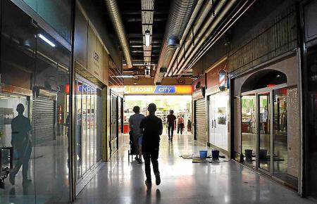 Ein Eroski-Supermarkt ist so ziemlich das einzige, was leuchtet.