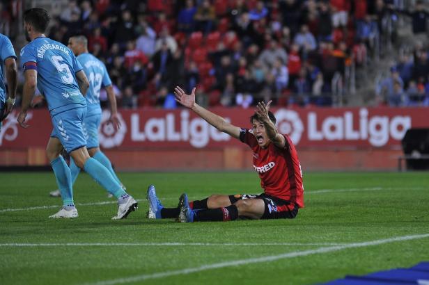 Real Mallorcas Ante Budimir regt sich im Spiel gegen Osasuna über eine Schiedsrichterentscheidung auf.