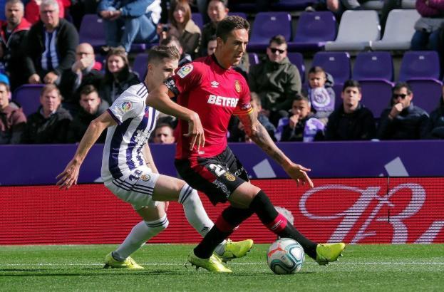 Antonio José Raíllo von Real Mallorca im Duell mit Antonio Villa von Real Valladolid.