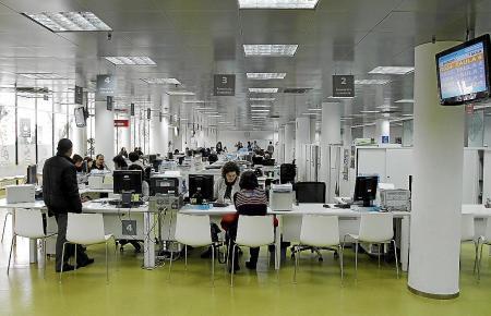 """Blick in ein Büro der Stadtverwaltung von Palma. Mallorcas Inselhauptstadt will ein """"E-Government"""" entwickeln und fast nur noch papierlos Bürger benachrichtigen."""