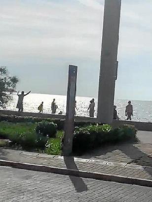 Touristen versuchten, den Mann vom Diebstahl abzuhalten.