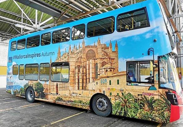 Insel-Feeling in London: Auf dem Bus wird für den Herbst auf Mallorca geworben.
