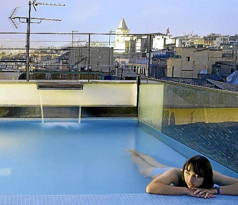 Wie schön ist es doch, mit Blick auf die Dächer der Stadt zu baden.
