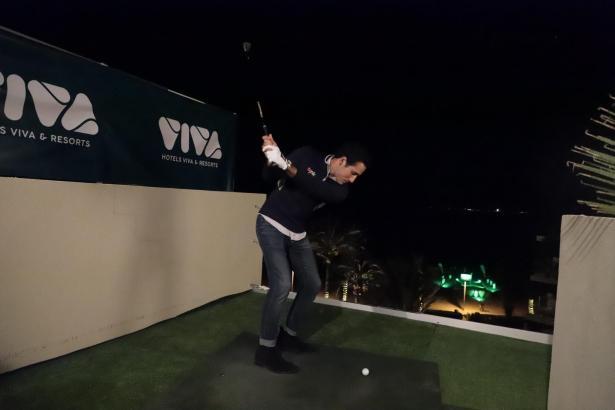 Mit einem symbolischen Abschlag von der Dachterrasse des Hotels Vanity Golf in Port d'Alcúdia hat der spanische Golprofi Carlos Pigem das Turnier am Vorabend des Events offiziell eingeläutet.