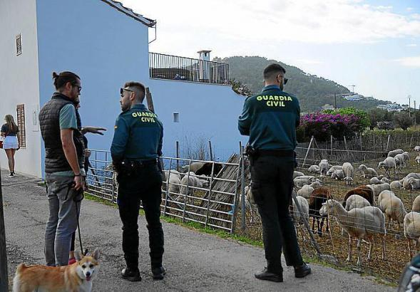 Beamte der Guardia Civil vor dem betroffenen Bauernhof.