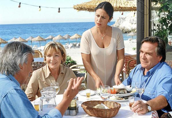 In Málaga angekommen, werden Werner Wallner (Elmar Wepper, r.) und seine Frau Henriette (Gila von Weitershausen, 2.v.l.) von dem Restaurant-Besitzer Fernando (Guillermo Gonzalez Anton, l.) und dessen Frau María (Mar Recio) herzlich empfangen.