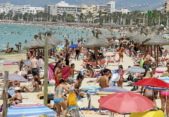 Voller Strand auf Mallorca im Sommer.
