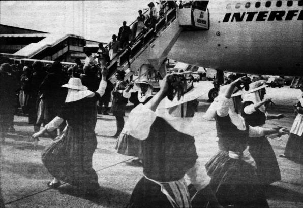 Anfang April 1990 landeten die ersten Pauschalreisenden aus der DDR auf dem Flughafen Son Sant Joan. Begrüßt wurden sie mit einem typisch mallorquinischen Trachtentanz – einem Ball de Bot.