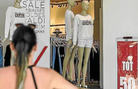 Schlussverkauf und zusätzliche verkaufsoffene Tagen sollen zum Shoppen anregen.