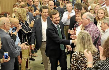 PP-Spitzenkandidat Pablo Casado (M.) hat vor der Wahl auch Palma einen Besuch abgestattet und hier viele Hände geschüttelt.