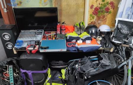 Einige der bei Hausdurchsuchungen sichergestellten Gegenstände.