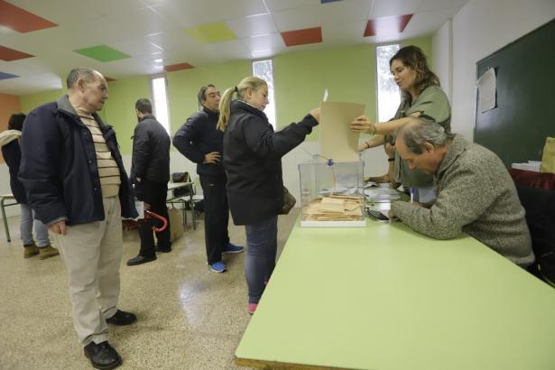 Balearen-Bürger beim Urnengang.