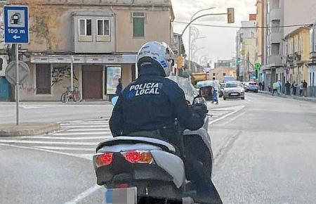 Dieser Polizist ist ohne offizielles Motorrad im Dienst.