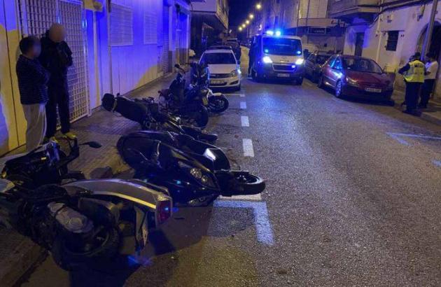 Sieben Motorroller brachte ein Autofahrer in der Nacht zu Montag nahe der Plaça d'Espanya zu Fall.