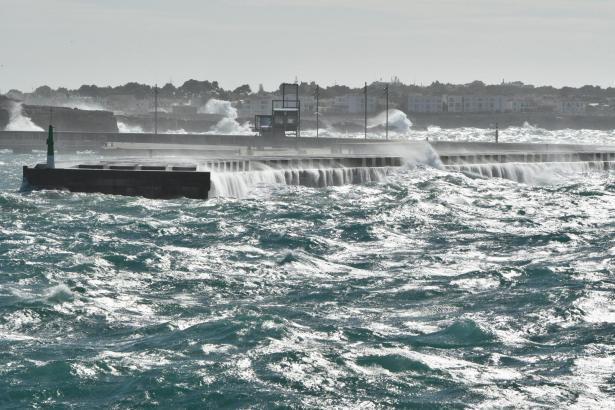 Wegen starken Wellengangs laufen zurzeit keine Fähren Menorca an.