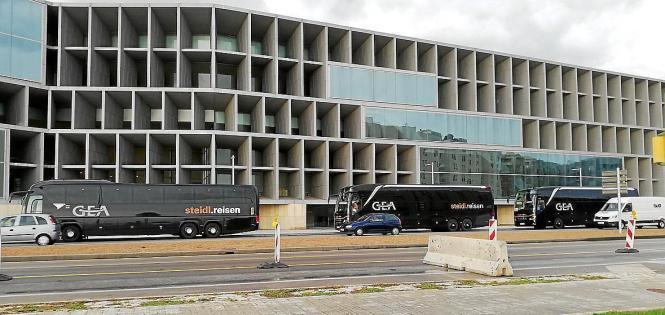 Busse der Firma Steidl-Reisen vor dem Kongresspalast.