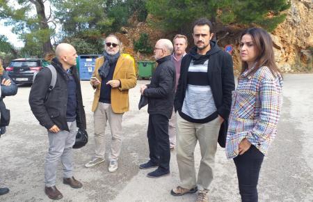 """Mallorcas Inselrat für Mobilität und Infrastruktur, Iván Sevillano (2.v.r.), traf sich mit der Nachbarschaftsgemeinschaft """"Indignats Puig Major"""", die gegen Raser in der Tramuntana vorgehen."""